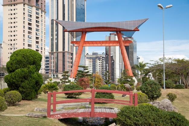 日本の記念碑には、空を支える土台を表す2つの柱があります。