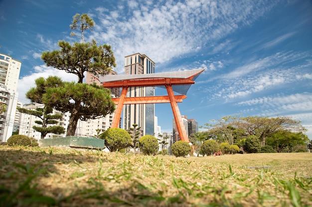 Японский памятник состоит из двух колонн, представляющих фундамент, поддерживающий небо.