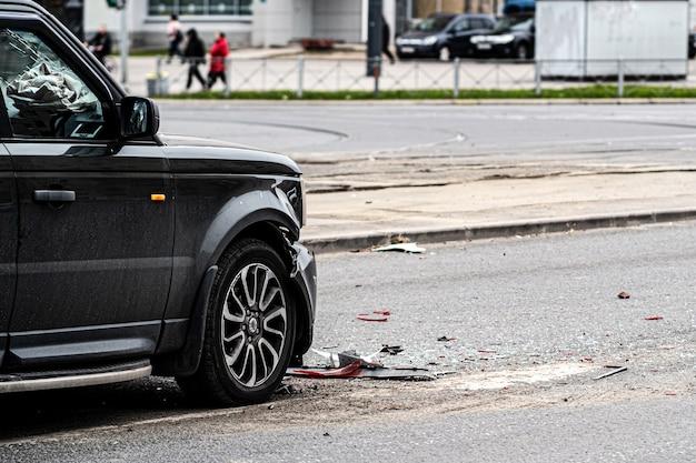 ジープは事故を起こし、距離を守らなかった。車室内のエアバッグが外れた。車の衝突。壊れたバンパーとヘッドライト。