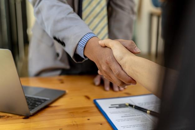 面接終了後、面接官と応募者は手をつないでいます。会社で働くために従業員を募集するという概念、空席。