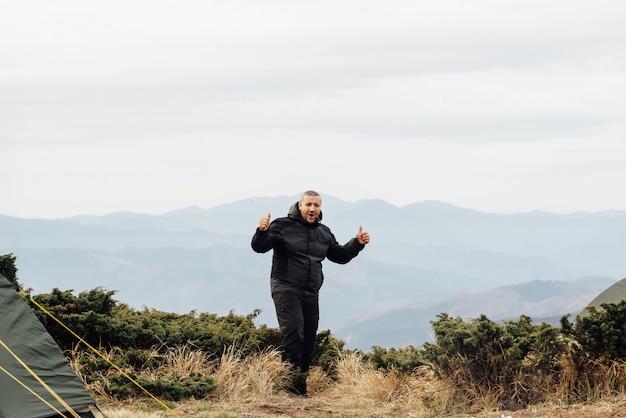 高所からの眺めからの男性の喜び。
