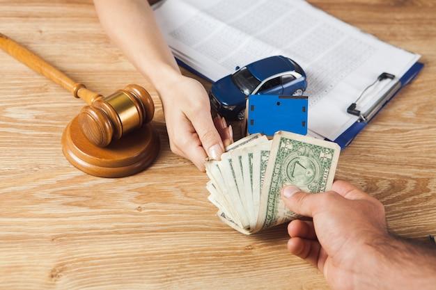 裁判官はハンマーの前に座って賄賂を受け取ります