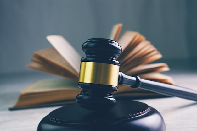 Судейский молоток и книга на столе