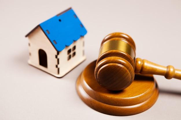 Судейский молоток и домик на столе