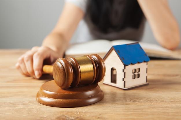 판사의 망치와 탁자 위의 집