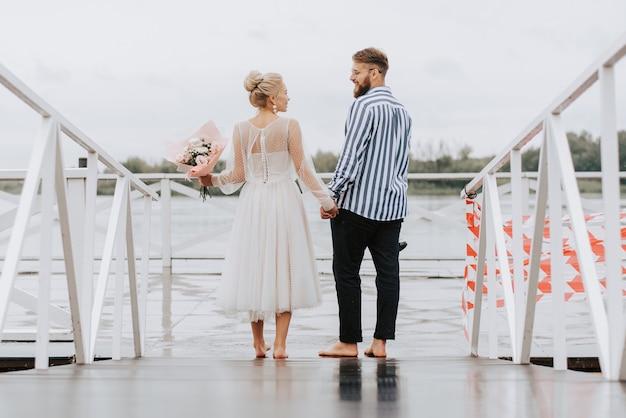 埠頭で結婚したばかり。新郎新婦は桟橋に沿って裸足で歩きます。