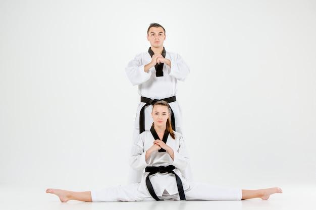 Каратэ девочка и мальчик с черными поясами