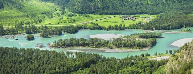 Река катунь в горах алтая в летний день