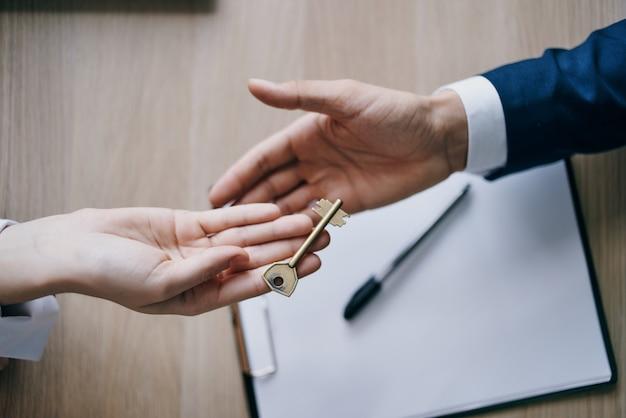 鍵は契約マンション販売代理店の締結の手にあります