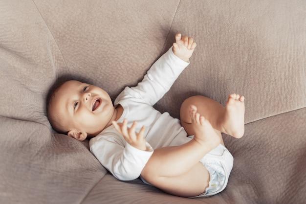 Малыш лежит и веселится на огромной подушке