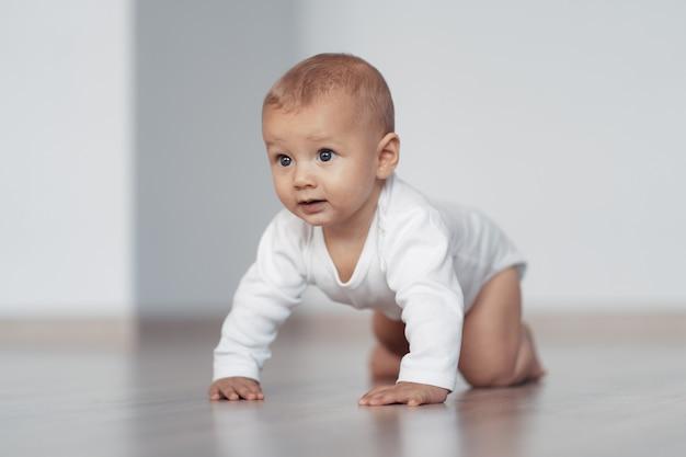 Малыш пытается делать первые шаги