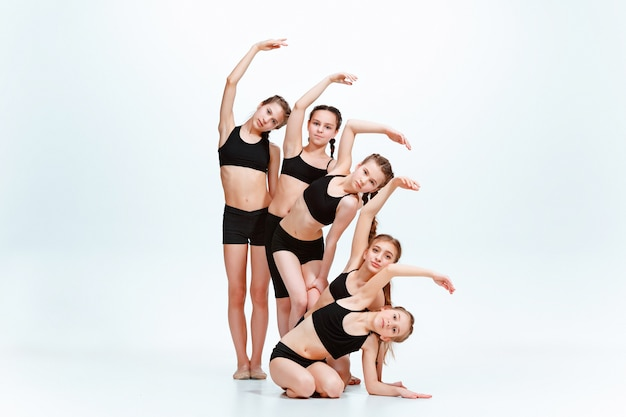 スタジオでのキッズダンススクール、バレエ、ヒップホップ、ストリート、ファンキーでモダンなダンサー