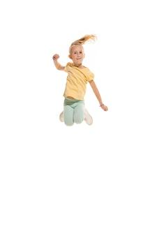 Детская танцевальная школа, балет, хип-хоп, улица, фанки и современные танцоры на белом фоне студии. счастливая девушка показывает элемент аэробики и танца. подросток в стиле хип-хоп.