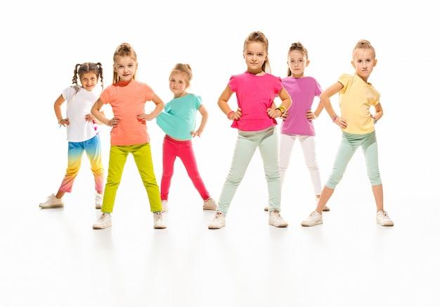 아이들은 학교, 발레, 힙합, 거리, 펑키하고 현대적인 댄서를 춤 춘다.