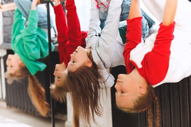 댄스 스쿨에 앉아 있는 아이들. 발레, 힙합, 거리, 펑키 및 현대 무용수 개념