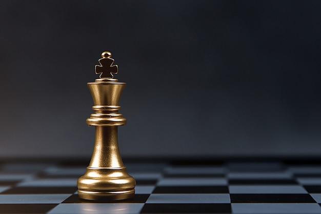 金色のチェス王はチェス盤に一人で立っています。