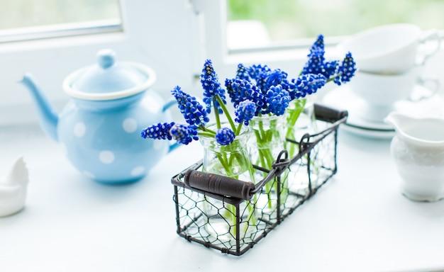 ムスカリの花と朝のキッチン窓辺