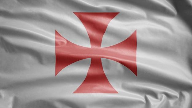 テンプル騎士団は風になびく旗を立てます。キリストの貧しい仲間の兵士とソロモンの神殿のテンプレートが吹く、柔らかく滑らかなシルク。
