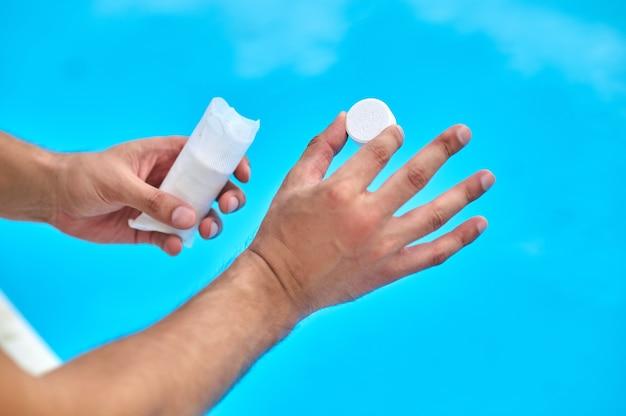 실험실 조수가 수영장에서 물 테스트를 하려고 합니다