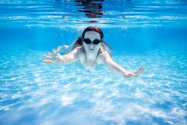 Дама позирует под водой