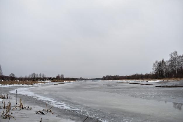 Озеро зимой покрыто льдом