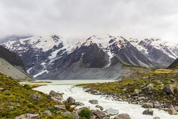 호수는 산으로 둘러싸여 있습니다.
