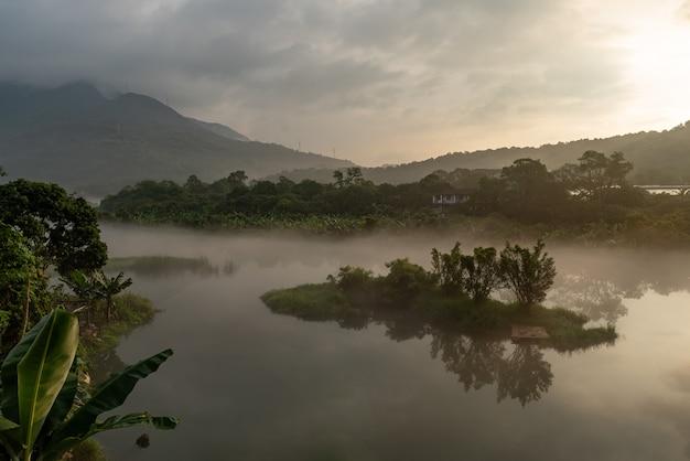 湖は田園地帯と街を反映しています