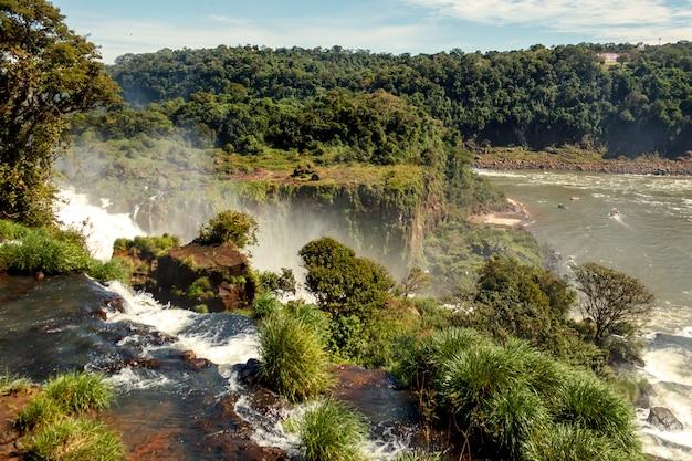 Пейзаж представляет собой каскад больших красивых водопадов игуасу в пуэрто-игуасу, аргентина.