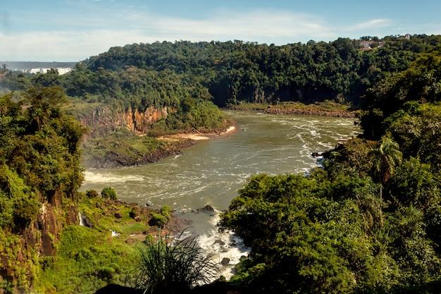 풍경은 아르헨티나 푸에르토 이과수에있는 크고 아름다운 이과수 폭포의 폭포입니다.