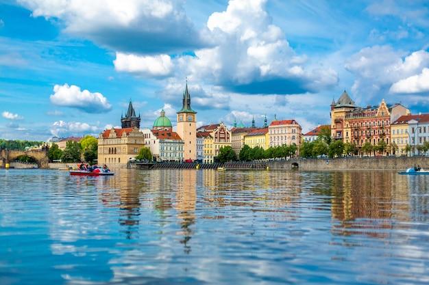プラハの古代建築のヴルタヴァ川からの眺めのプラハの街の風景。
