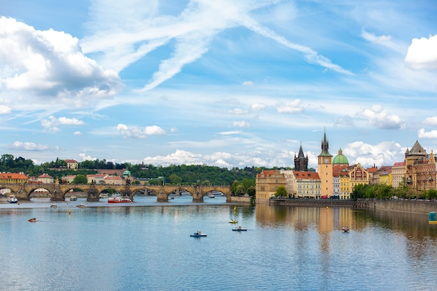 Пейзаж города праги вид с реки влтавы на старинную архитектуру города.