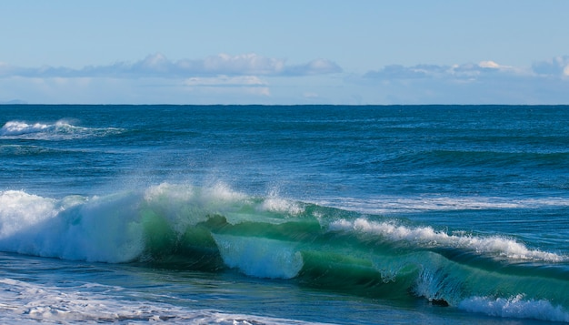 Пейзаж летний пляж фон, с солнечным небом на море. выборочный фокус