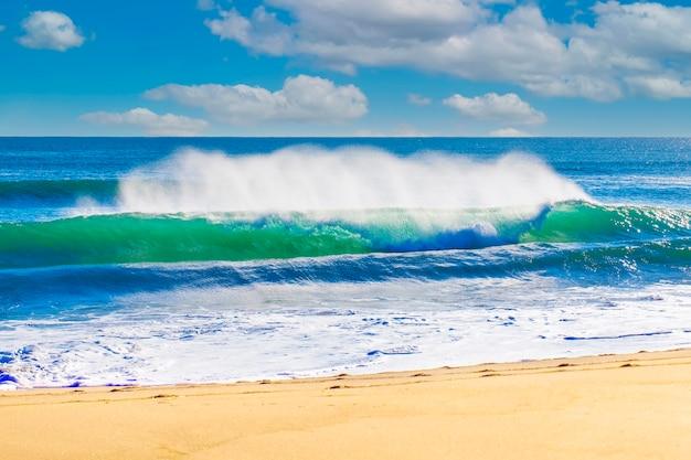 Пейзаж летний пляж фон, с солнечным небом на море