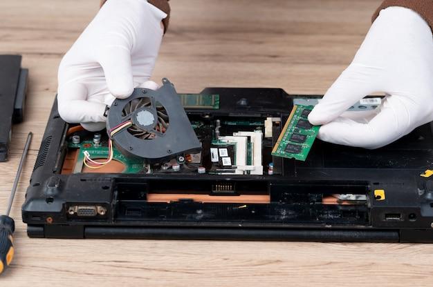 Ноутбук был разобран для ремонта внутреннего оборудования.