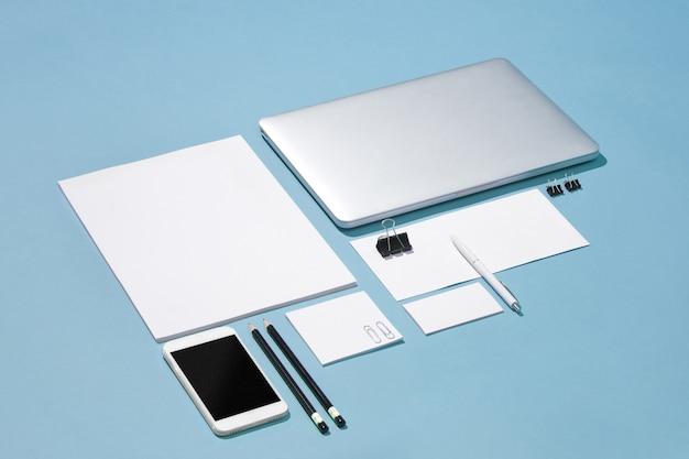 ノートパソコン、ペン、電話、メモ、テーブルに空白の画面