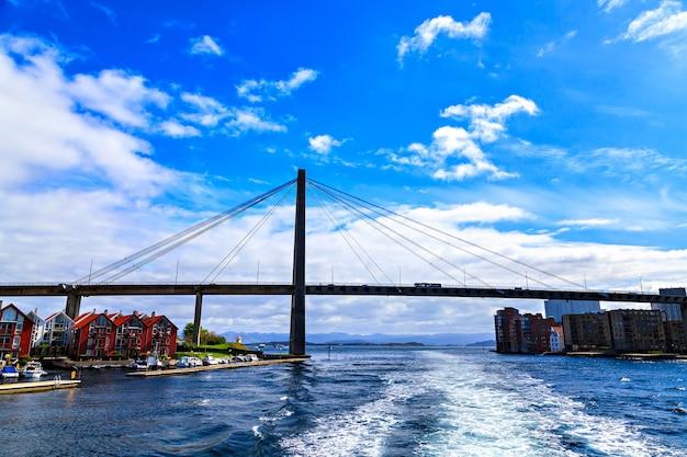 海に架かる大きな斜張橋