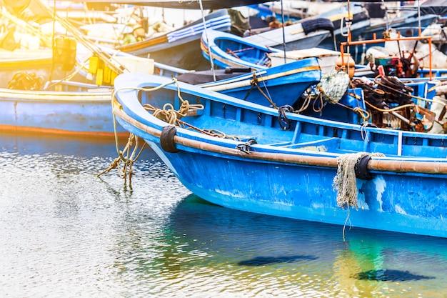 大きな漁船はボートやトロールでいっぱいです。アジア。 無料写真