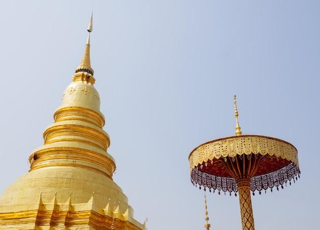 タイ北部の伝統的なスタイルの大きな黄金の塔と黄金の傘