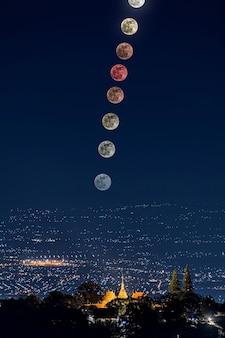 Последнее полутеневое лунное затмение в 2020 году над храмом ват пратхат дой сутхеп, чиангмай, таиланд