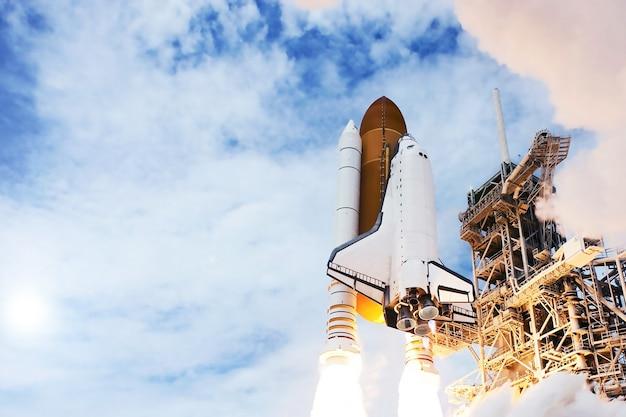 이 이미지의 셔틀 요소가 있는 로켓 발사는 nasa에서 제공했습니다.