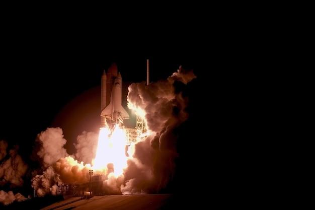 Запуск космического челнока на фоне неба. элементы этого изображения предоставлены наса.