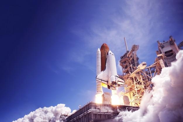 Запуск космического корабля на фоне неба, огня и дыма. элементы этого изображения были предоставлены наса. для любых целей.
