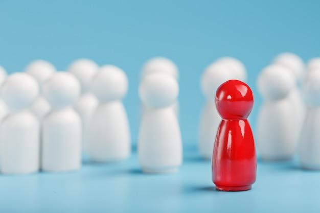 Лидер в красном ведет группу белых сотрудников к победе, hr, подбор персонала. концепция лидерства.