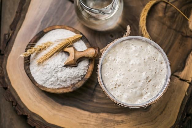 パンのパン種が活発です。スターターサワードウ(パン焼きのパン種として使用する水と小麦粉の発酵混合物)。健康的な食事の概念