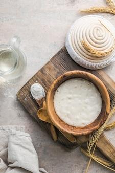 パンのパン種が活発です。パン焼きのパン種として使用する水と小麦粉のスターターサワードウ発酵混合物。