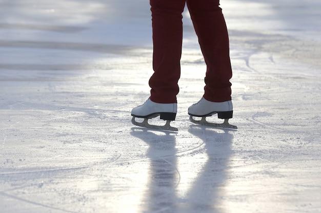 아이스 링크에서 스케이트를 타는 남자의 다리