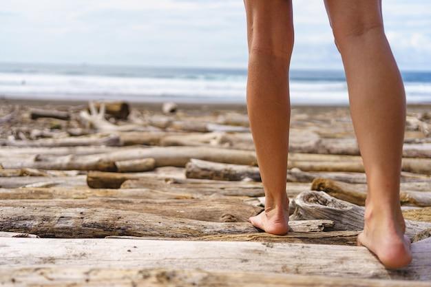 해변을 걷는 여자의 다리. 코스타리카의 자코 비치