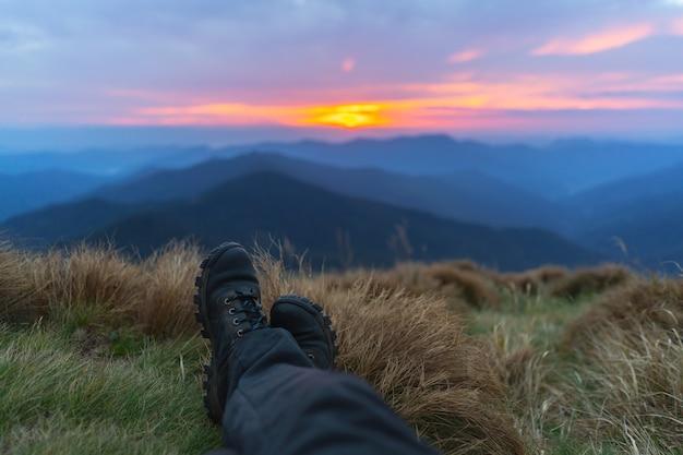 아름다운 산 풍경 배경에 다리