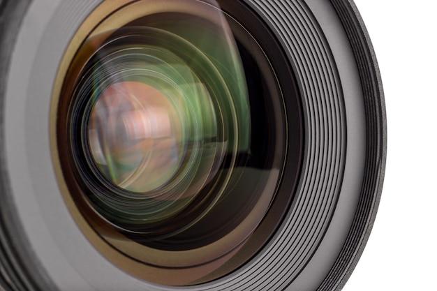 현대 디지털 카메라의 렌즈, 전면 렌즈의 모습. 흰색 배경에 고립.