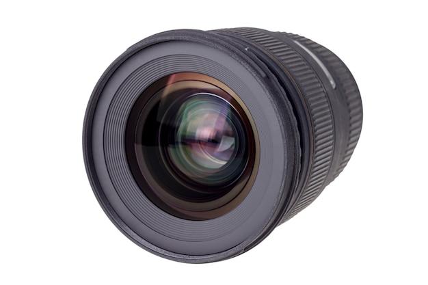 現代のデジタルカメラのレンズ、フロントレンズの眺め。白い背景で隔離。